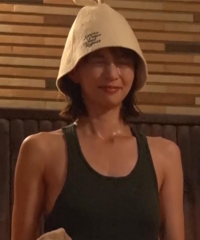 安田美沙子 サウナの水風呂で胸の谷間がエロい(胸チラ)キャプ・エロ画像4