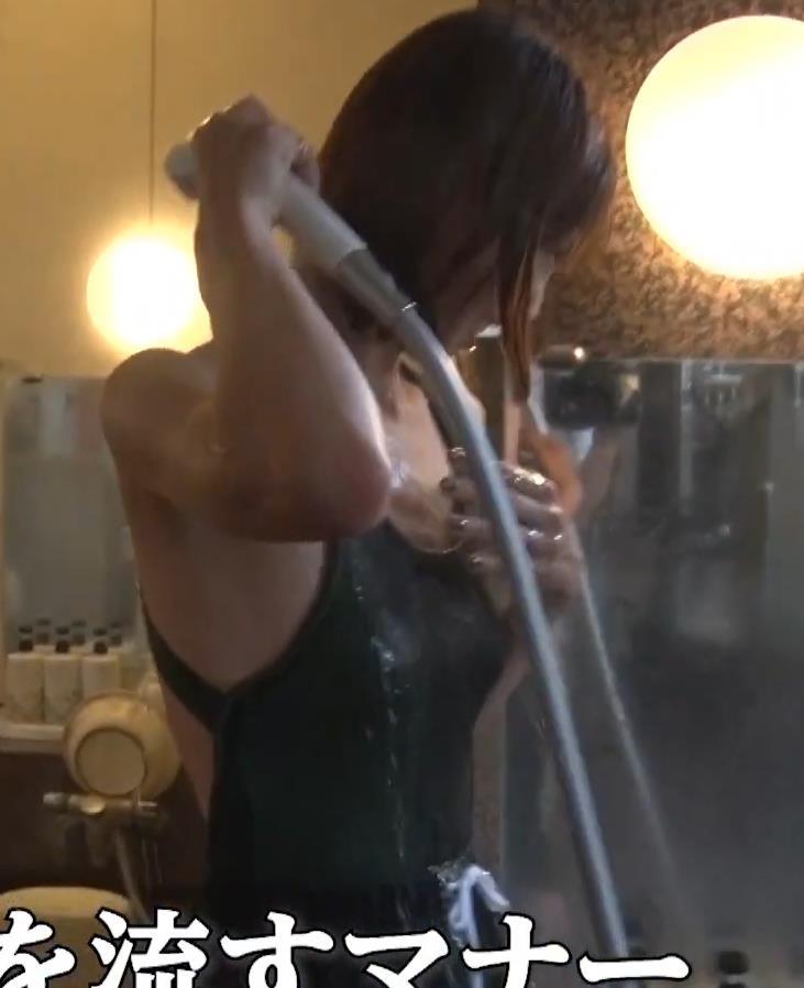 安田美沙子 サウナの水風呂で胸の谷間がエロい(胸チラ)キャプ・エロ画像6