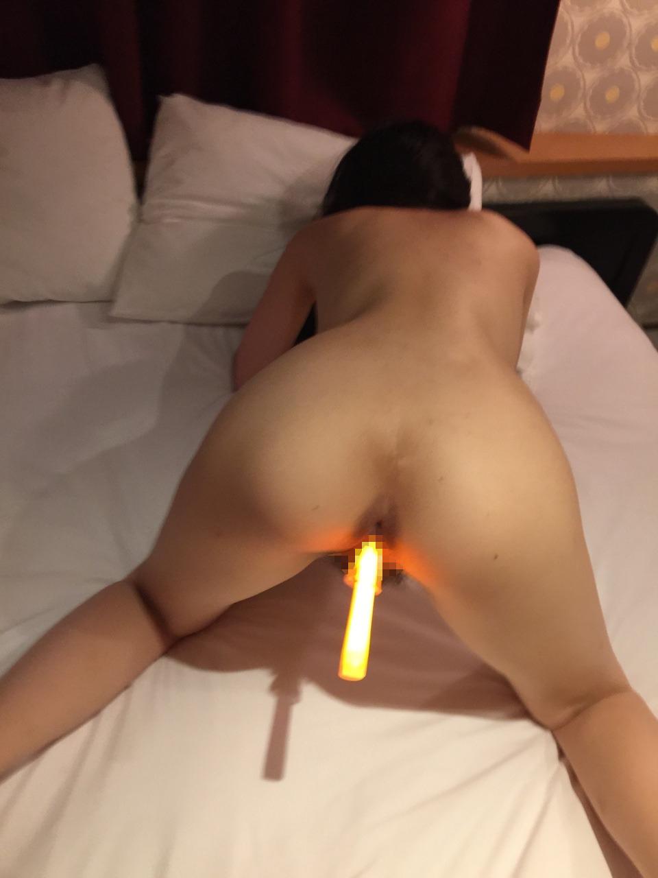 22歳セフレのマ○コに光る棒を挿入してるプライベートヌード画像 7
