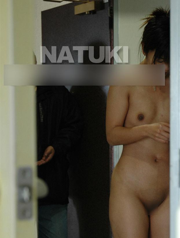 デリバリー配達員に全裸で応対する人妻のヌード画像 7