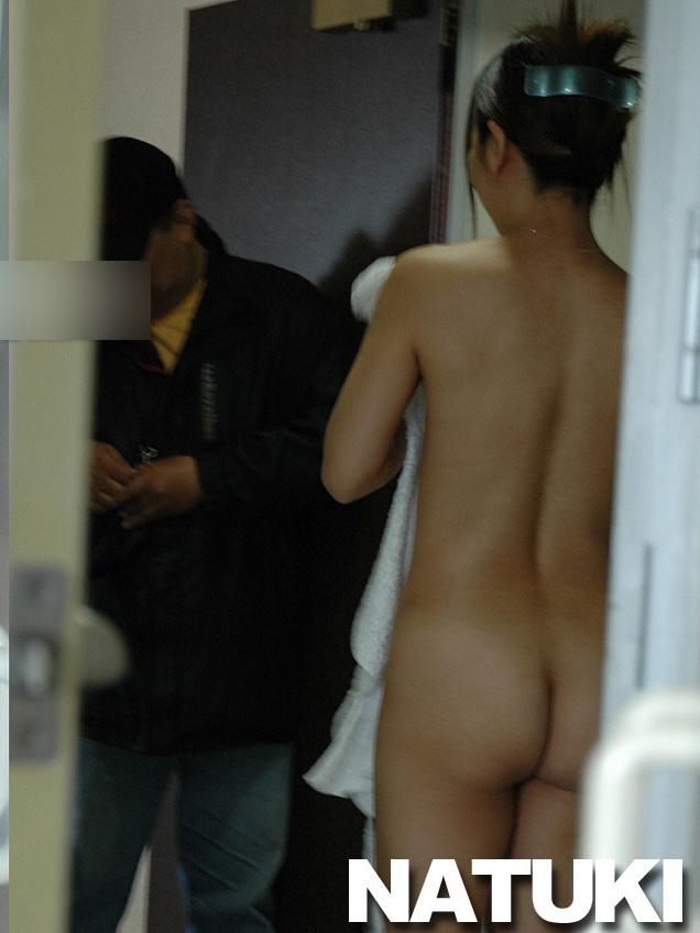 デリバリー配達員に全裸で応対する人妻のヌード画像 13