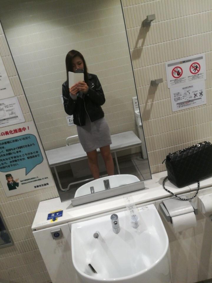 素人美女が公衆トイレでおっぱい自分撮り 1