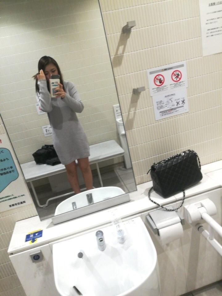 素人美女が公衆トイレでおっぱい自分撮り 2