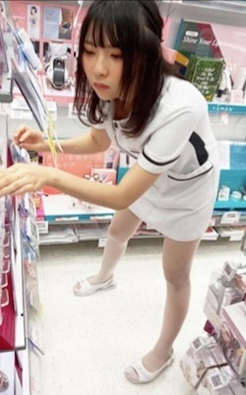 美人ショップ店員のパンティ盗撮画像 1