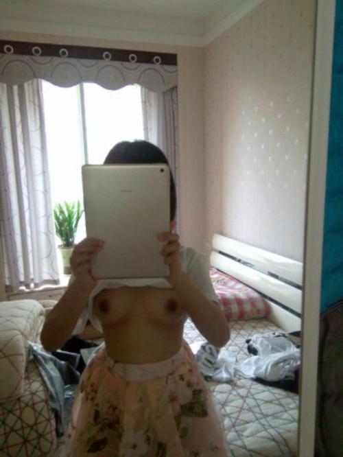 タブレットで自分撮りした少女のヌード画像 2
