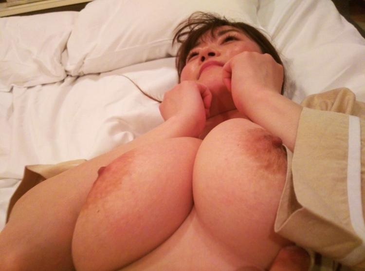カワイイ顔して脱いだらどエロい巨乳おっぱいな素人美女のヌード画像 9