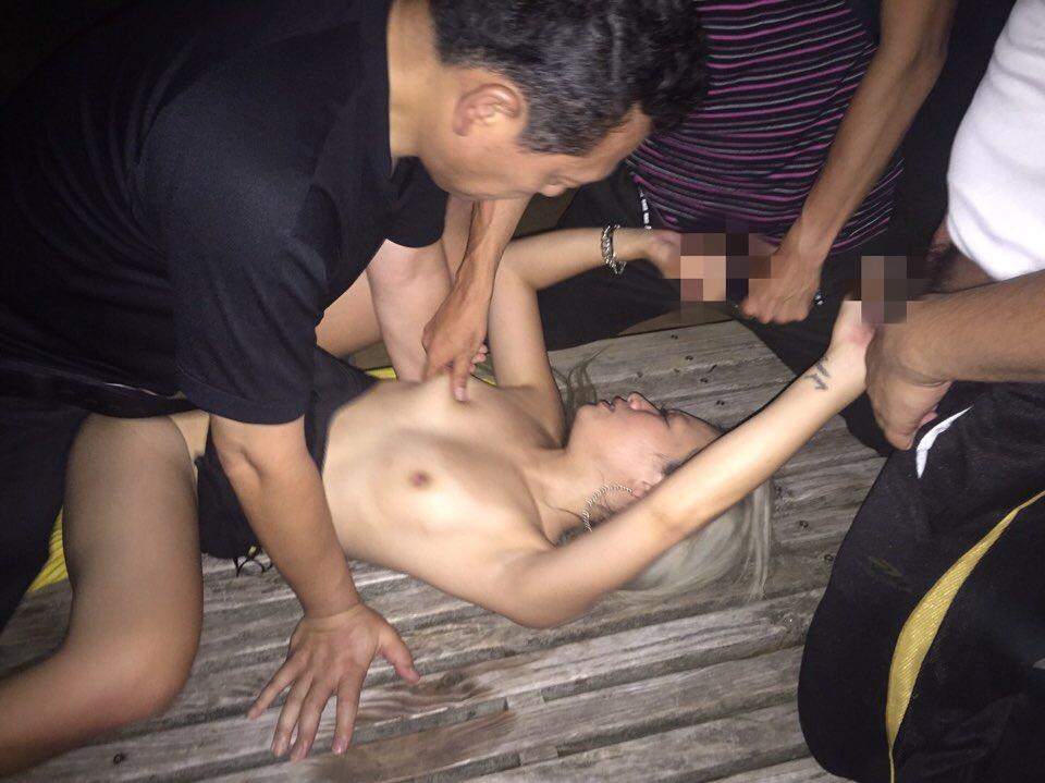 肉便器黒ギャルの乱交セックス画像 8