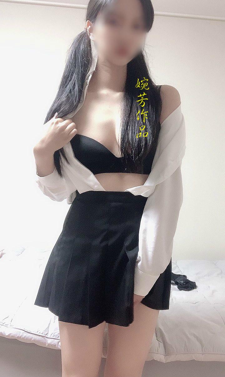 巨乳な女子学生のヌード画像 4