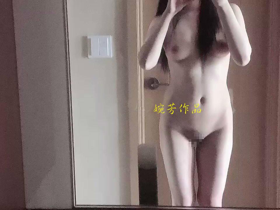 巨乳な女子学生のヌード画像 18