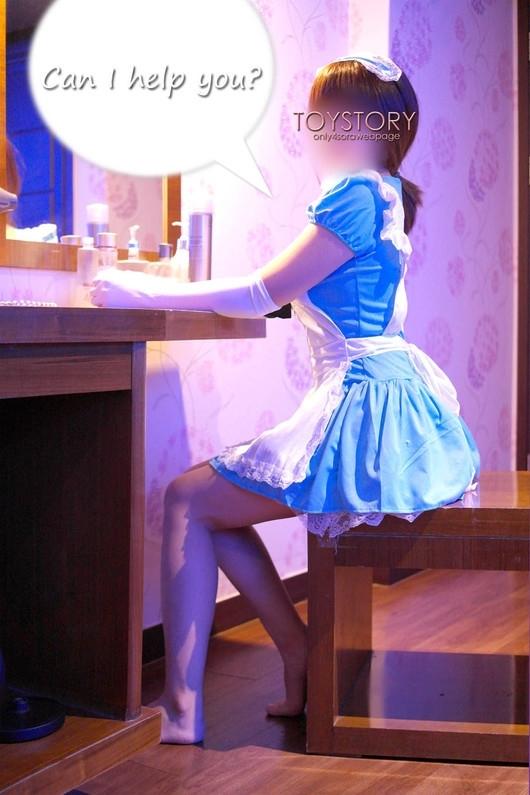 メイド服を脱いでいくメイドさんの画像 1