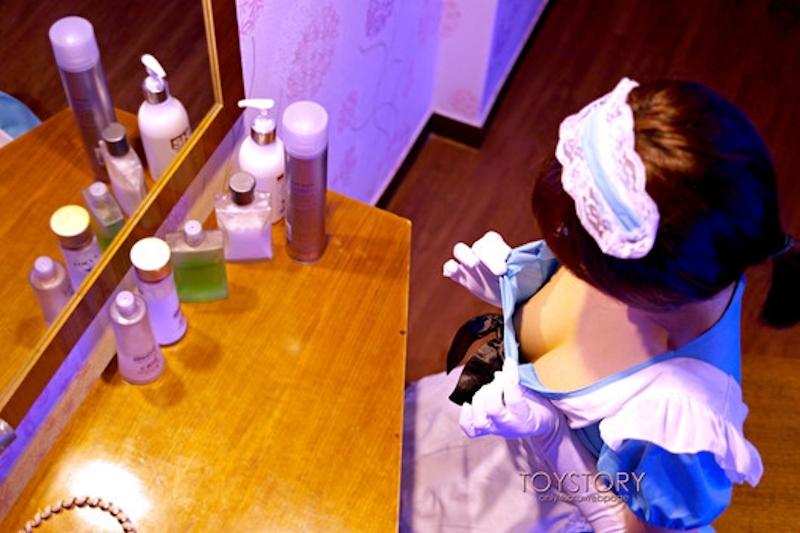 メイド服を脱いでいくメイドさんの画像 3