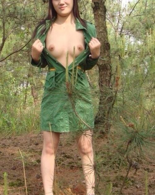 森の中で全裸になる素人女性の野外露出ヌード画像 1
