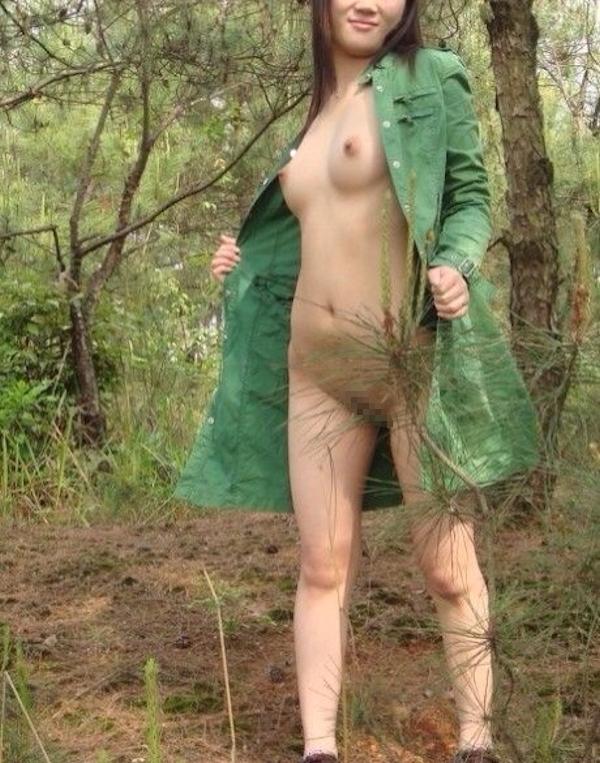 森の中で全裸になる素人女性の野外露出ヌード画像 3