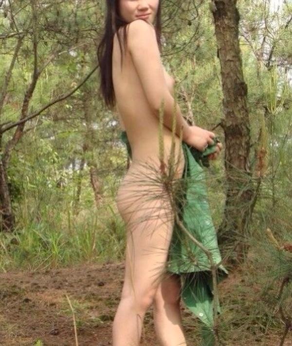 森の中で全裸になる素人女性の野外露出ヌード画像 4