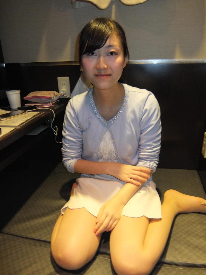 ネットカフェで美乳な彼女におっぱい出してフェラさせた画像 1
