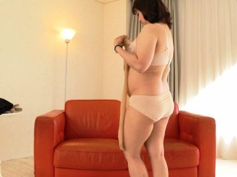 ムニッとハミ出す臀部に生活感が滲み出る熟女の深履き肌色地味パンティー