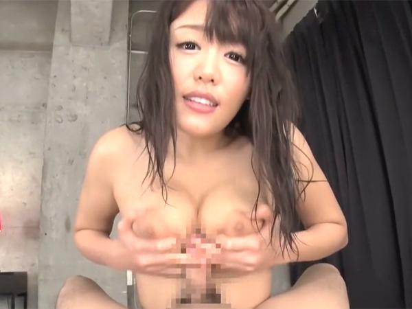 浜崎真緒に見つめられながら手コキされデカ乳輪巨乳のパイズリで狭射しちゃう主観映像