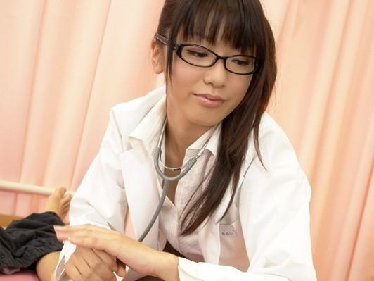 御厨あおい メガネをかけるとエッチになっちゃう研修医が密着乳首責め手コキでザーメンを搾り出す!