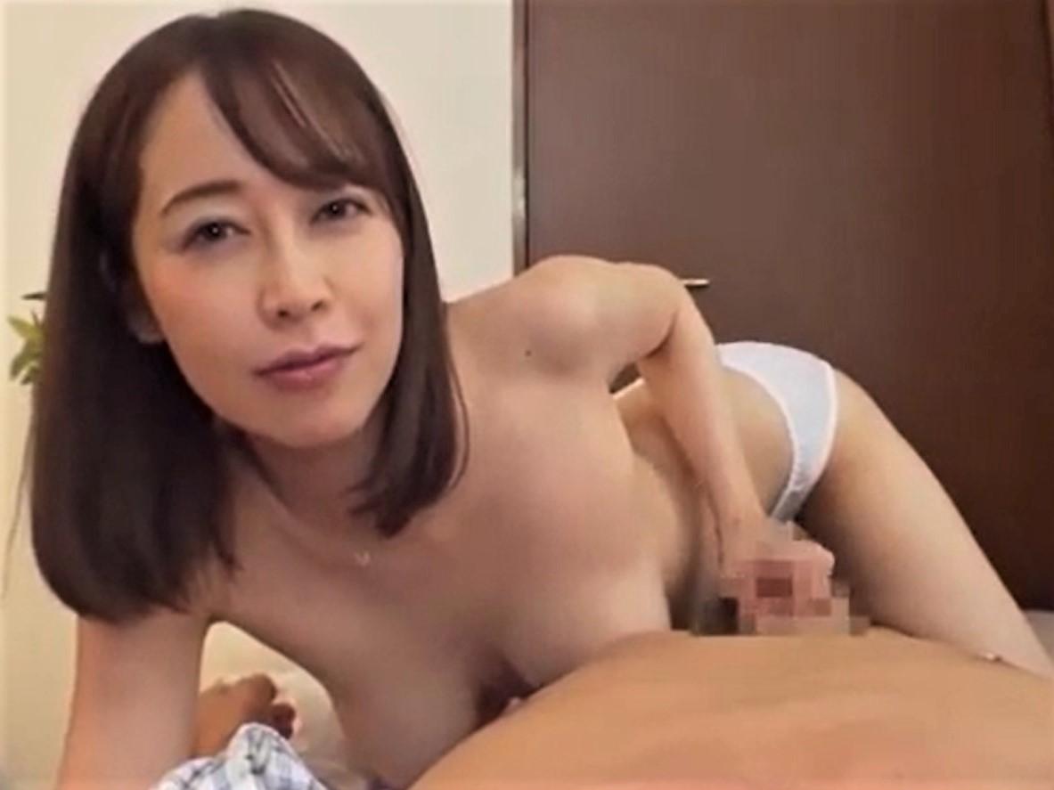 モーニングフェラと乳首責めで強制勃起させたチンポを騎乗位挿入して腰を振りまくる巨乳妻 篠田ゆう