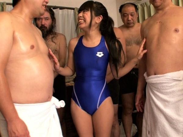 サウナで汗だくの大勢のキモメン・デブメンの汚チンポをフェラチオ奉仕する競泳水着娘 吉井みな