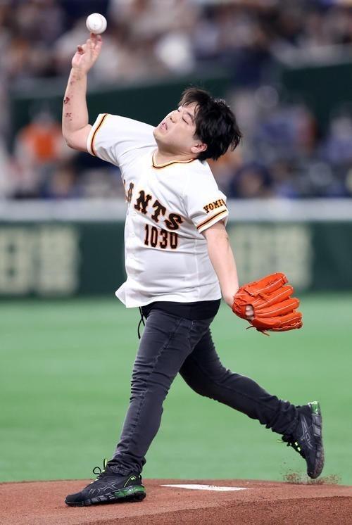 【画像】声優の松岡禎丞さん、始球式に登場するもヤバすぎるwwww